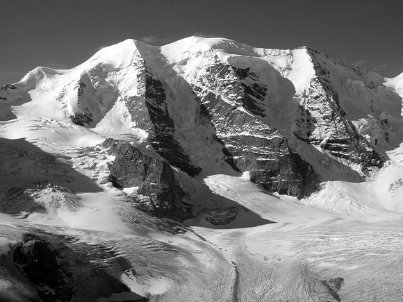 Piz Palü as seen from Diavolezza. Günter Seggebäing (Watzmann) - ©Wikimedia Commons.